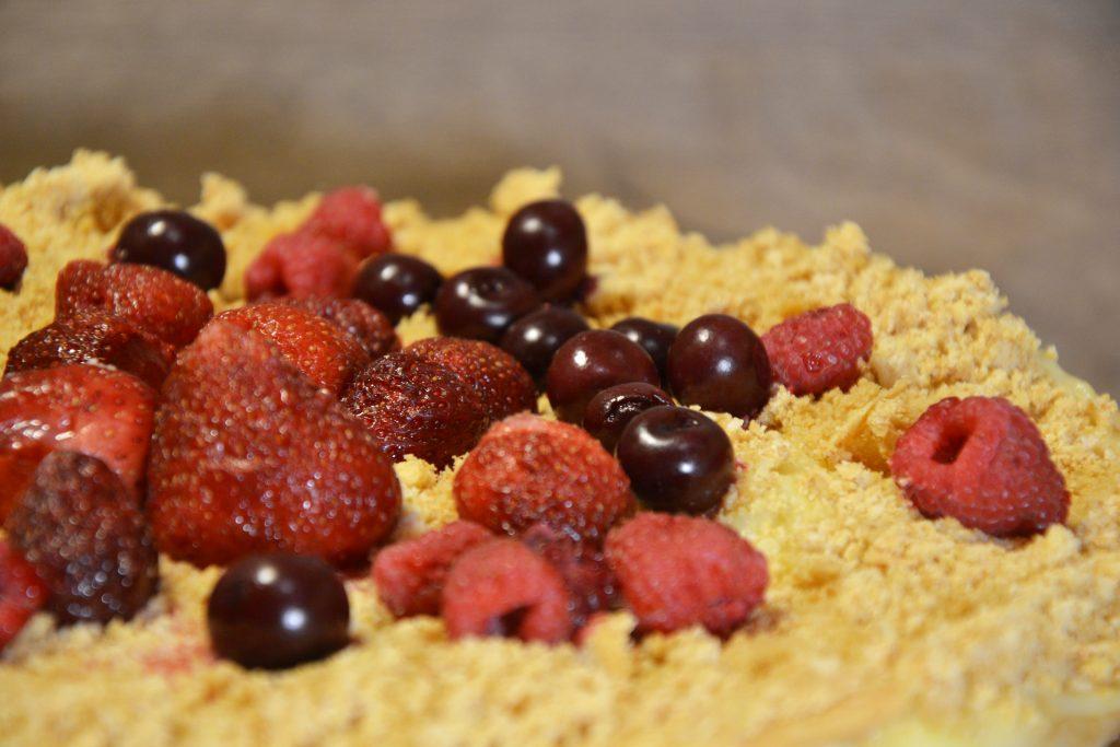 Tortas su plikytu kremu ir uogomis