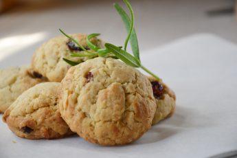 Sausainiai su džiovintomis spanguolėmis, baltuoju šokoladu ir anakardžiais