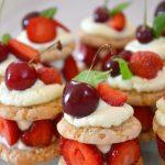 Riešutinių sausainių pyragėliai su braškėmis ir kremu