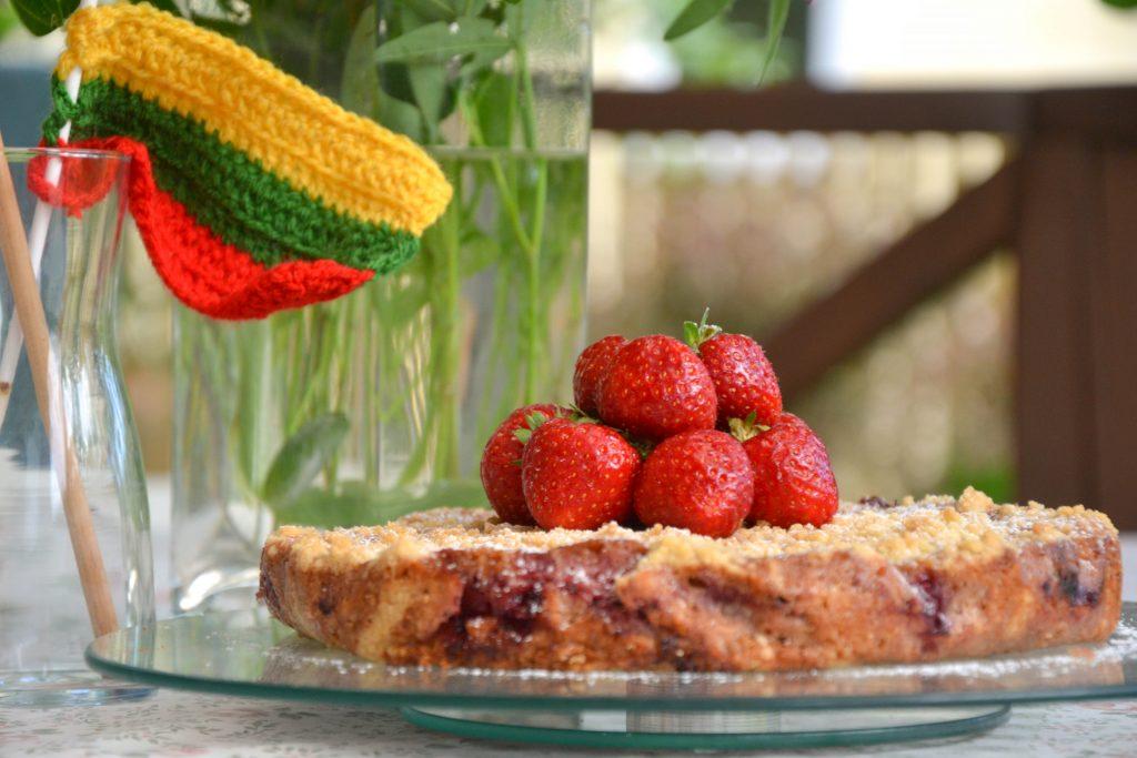 Trupininis pyragas su vyšnių ir trešnių įdaru