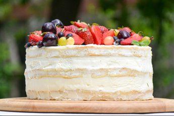 Vanilinis tortas su braškėmis