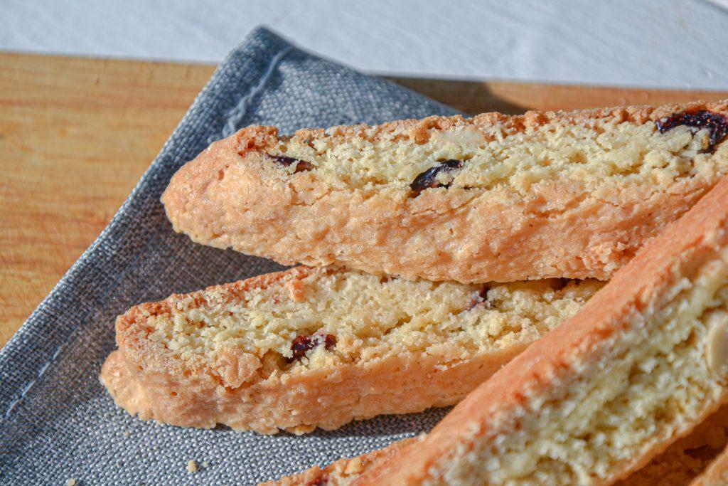 Trapūs sausainiai (biscotti) su spanguolėmis  ir anakardžių riešutais