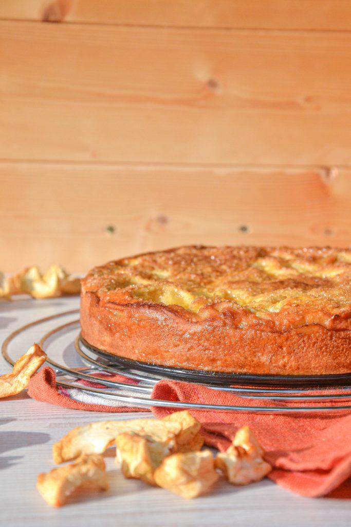 Rutuliukų ornamentais puoštas pyragas su obuoliais