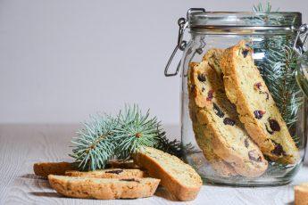 Kalėdiniai trapūs sausainiai (biscotti) su džiovintomis vyšniomis, spanguolėmis ir marcipanais