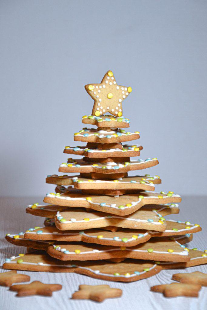 Kalėdinė eglė iš cukraus glajumi dekoruotų sausainių