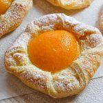 Sluoksniuotos tešlos bandelės su vaniliniu kremu ir persikais