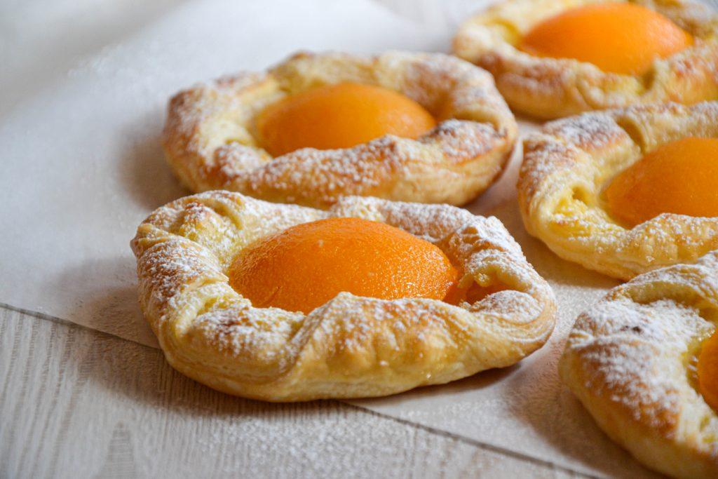 Sluoksniuotos tešlos pyragėliai su vaniliniu kremu ir persikais