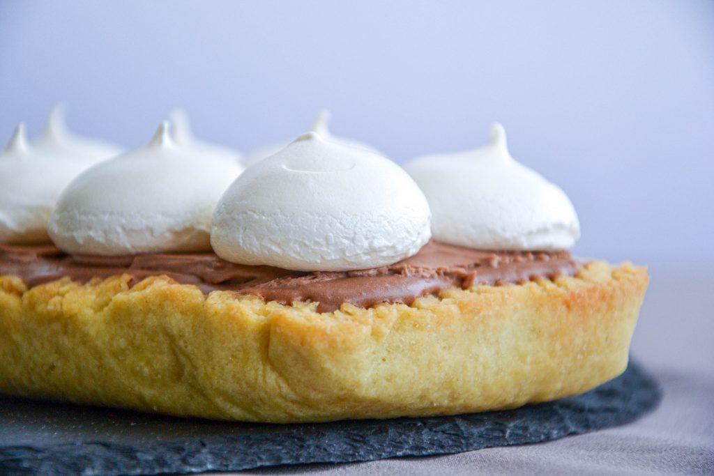 Pyragas su šokoladiniu kreminio sūrio įdaru, puoštas morengais