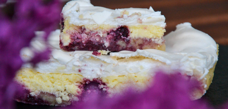 Trupininis pyragas su varške, vyšnių uogiene ir morengu