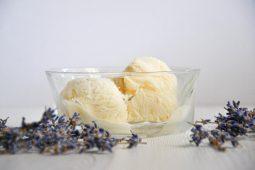 Grietinėlės ir kondensuoto pieno ledai su levandomis, medumi ir apelsinu