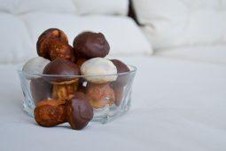 Senovinėje keptuvėje kepti, naminiai grybukai šokoladinėmis kepurytėmis